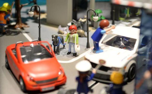 614404-voitures-et-figurines-playmobil-presentees-le-19-novembre-2013-dans-les-locaux-de-l-usine-a-dietenho